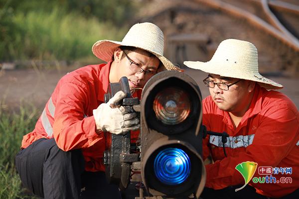 """铁路信号工:鏖战在烈日下的铁路""""眼科医生"""""""