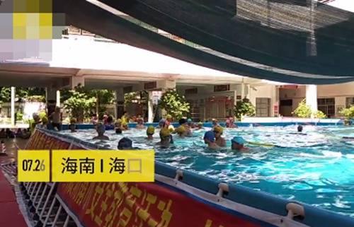 操场秒变泳池 小学暑假免费教游泳