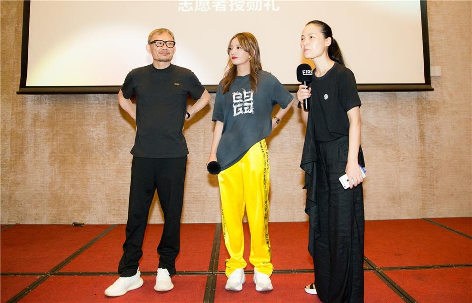 赵薇黄色运动裤配简单T恤活力满满