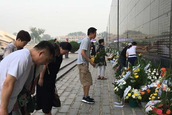 """唐山大地震42周年祭 """"哭墙""""不哭"""