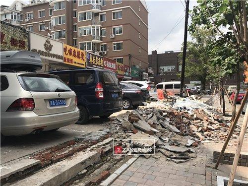 金碧家园小区沿街商铺建筑垃圾乱扔