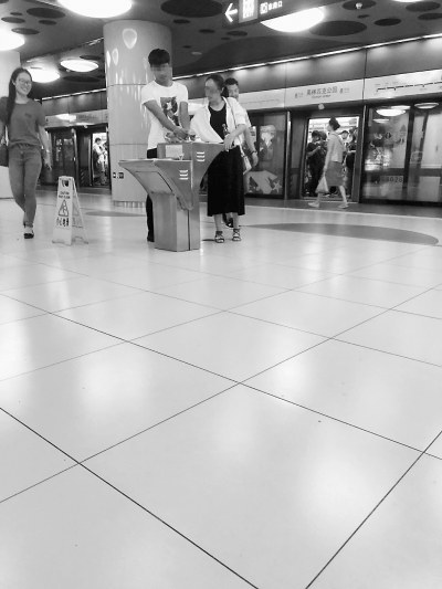 卫生堪忧 地铁直饮水机成洗手池