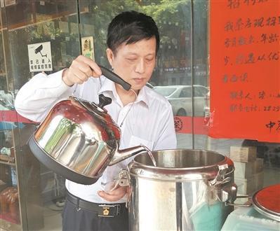 退伍老兵请环卫工喝茶12载 茶叶费近2000元每月
