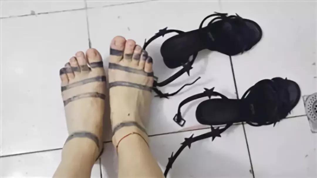 她花1400元买了双凉鞋,一场雨后,脚上又多了一双