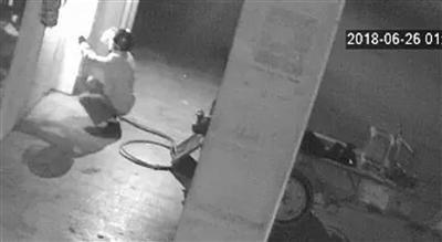 小偷用切割机切开银行门 发现有监控慌忙逃离