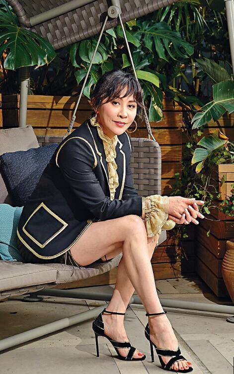 刘嘉玲穿小西服搭热裤亮相 纤细美腿吸睛