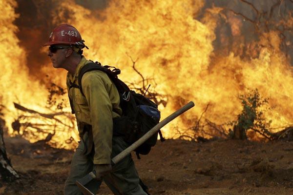 美国加州山火持续肆虐 迫使将近4万人疏散