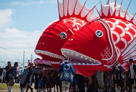 """日举办传统海鲷祭 扛巨型""""鲷鱼""""入海求丰收"""