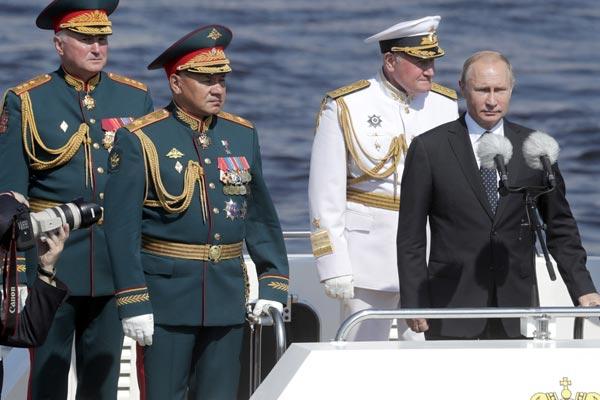 普京检阅俄罗斯海军 庆祝海军节