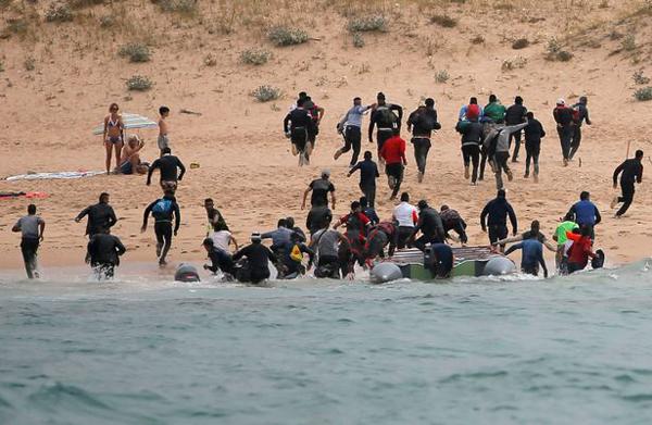 """数十非法移民""""抢滩登陆""""西班牙惊呆游客"""