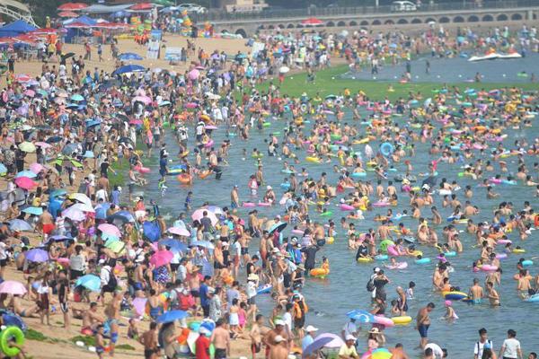 """全国多地持续高温 海边泳池开启""""人从众""""模式"""