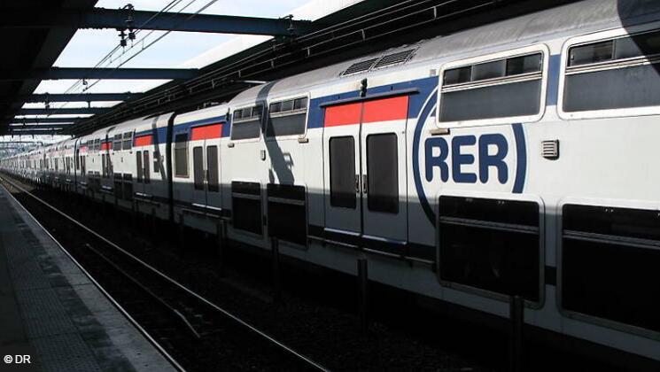 法国巴黎地铁车厢内温度达52度 制冷设施欠缺引热议