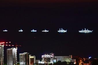 """俄罗斯军舰夜里""""张灯结彩""""庆祝海军节"""