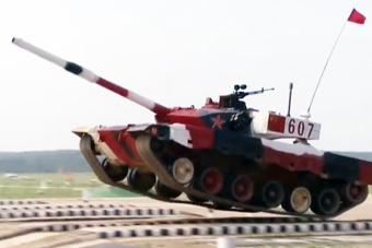 """坦克大赛中国96B开到""""飞起"""" 俄防长起身鼓掌"""