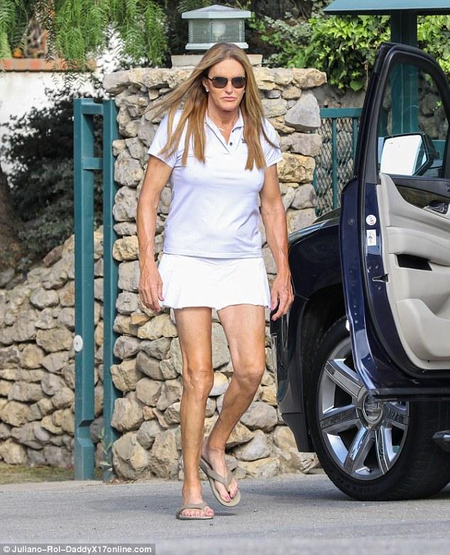 卡戴珊变性继父凯特琳•詹娜着白色短裙独自外出