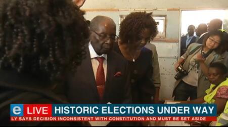 下台后第一次!穆加贝在妻子陪同下参加津巴布韦选举投票