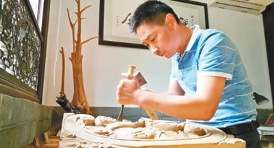 徽州木雕代表性传承人汪德洪:刀法纯熟 雕出神韵