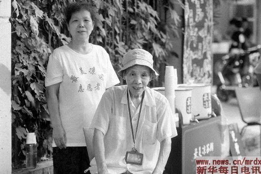 杭州:三代人接力坚守免费凉茶摊41年