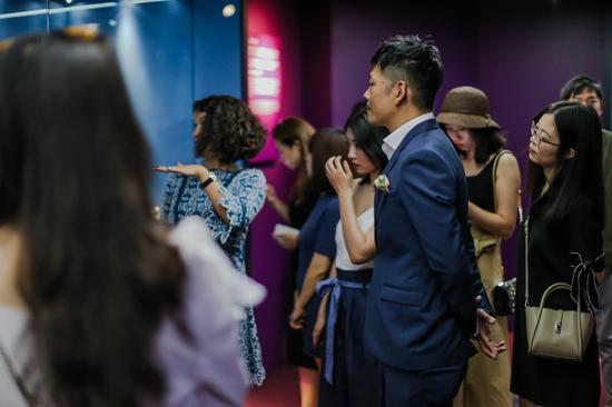 《鞋履:乐与苦展览》研究策展人Lucia Savi为三里屯太古里总经理余国安及嘉宾导览