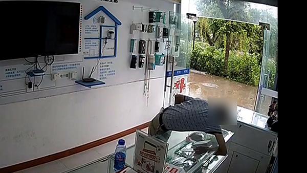 重庆男子一天连盗3部手机,自称女儿不给零花钱买酒才作案