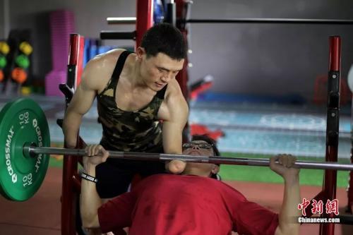无臂小伙苦练成健身教练 曾获十七八块奖牌