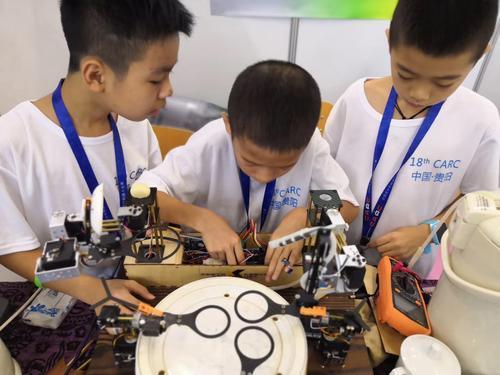 泡功夫茶再不怕烫手_3名小学生发明泡茶机器人