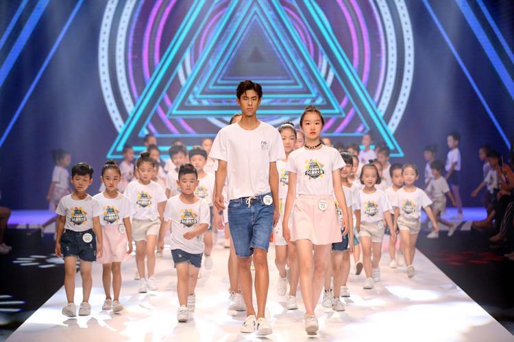 环球网时尚频道采访:中国极具潜力的长腿模特新秀Tiger Qian