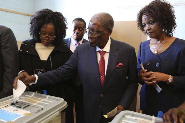 津巴布韦举行大选 前总统穆加贝参加投票