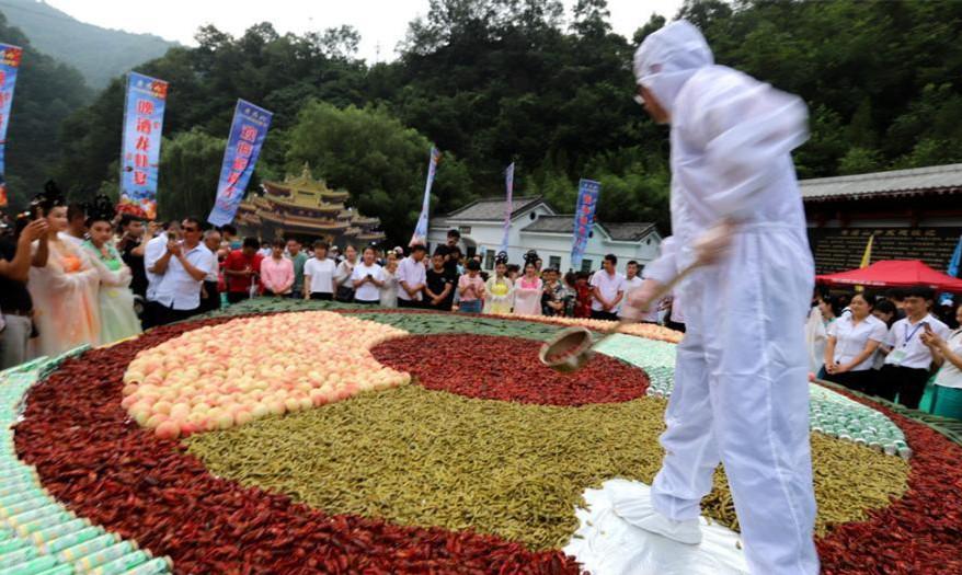 万人龙虾宴!食客横扫2吨重小龙虾