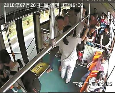 广州一公交数十乘客30秒下车 为宝宝让出生命之路