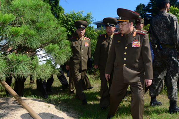 朝韩将军级会谈 朝方代表参观两国领导人历史性会晤纪念树