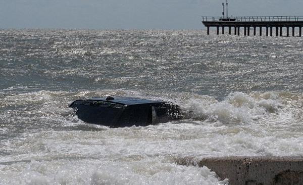 英海滩一路虎车被海水淹没 救援历时两天