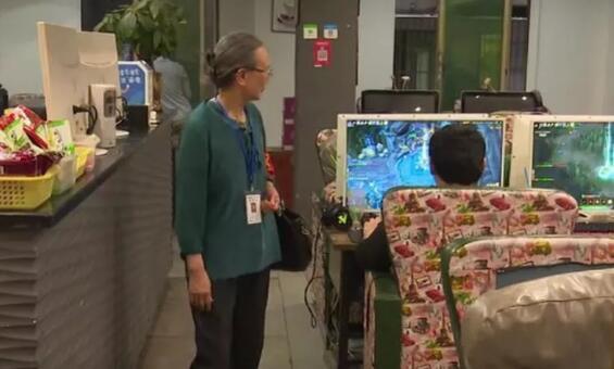 最强网管! 66岁老奶奶专查网吧,见到未成年人就撵走