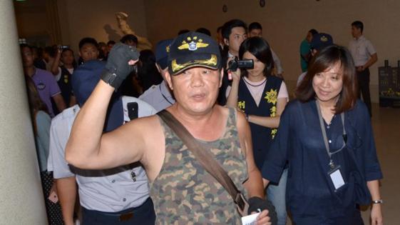 """蔡英文在台南又遭近距离抗议 抗议者冲入人群高喊""""下台!"""""""