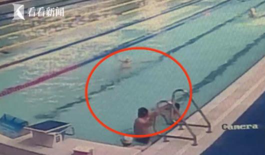 恶心!监控拍下老人泳池内排泄 扬长而去引民愤