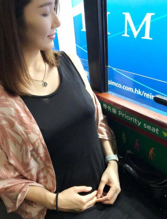 王祖蓝坐公车为老婆让座 李亚男小腹隆起气色佳