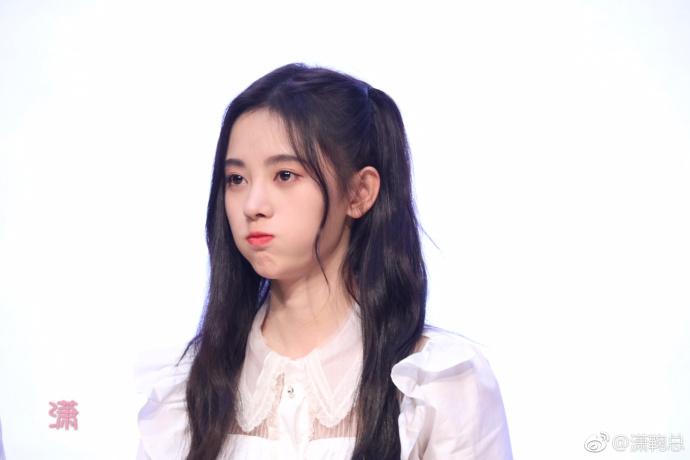 鞠婧祎白衬衫配英伦格子裙 拿芹菜捧脸撒娇超可爱