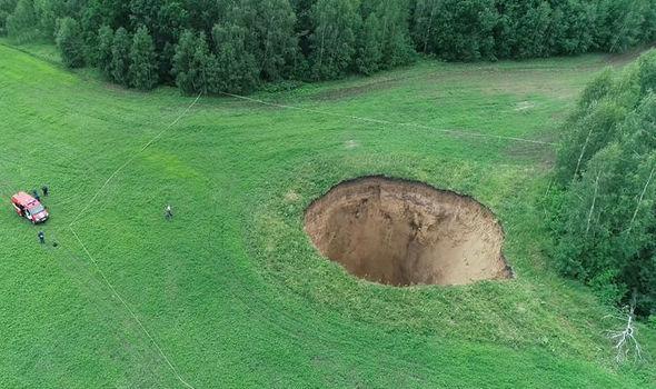 俄罗斯农田现50米深巨洞 能