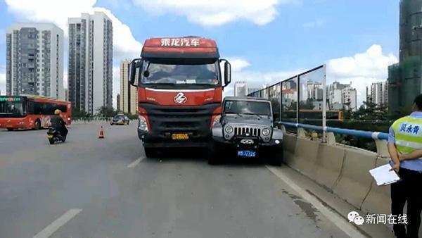 广西柳州一货车司机疑因斗气路怒发作,立交桥上撞越野车