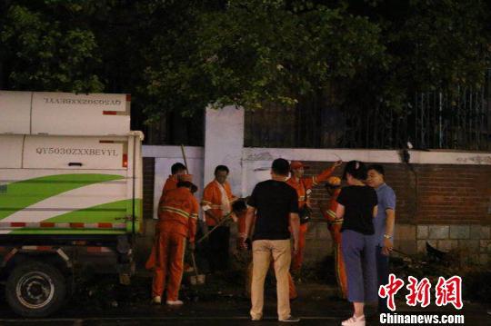 杭州车辆失控事故3死14伤 目击者:碎片满天飞像爆炸