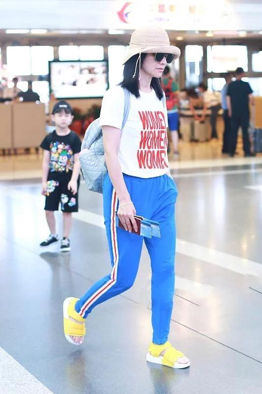 胡可与王心凌撞衫,穿同一件T恤,一个时尚辣妈,一个清新少女!