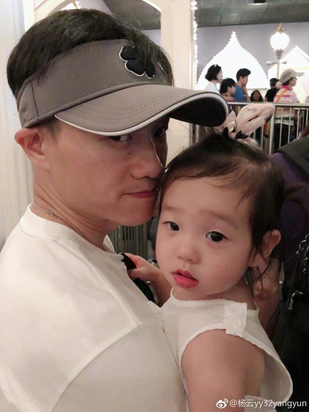"""杨威怀抱女儿温馨甜蜜 惹老婆杨云""""嫉妒""""不已"""