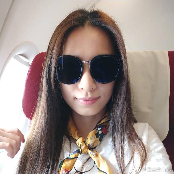 田馥甄飞机上分享夜景心情美 戴墨镜玩自拍心情好