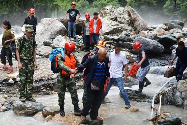 四川宝兴30名游客被困东拉山成功获救