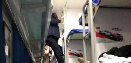 女孩坐火车被大爷强占下铺,还遭辱骂,女孩一句话,大爷立刻怂了