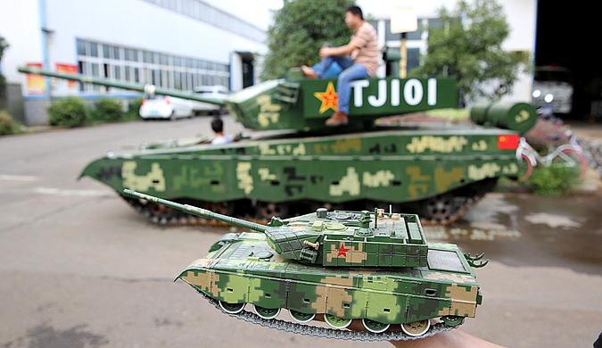 湖北军事迷小伙耗资20万元 造出仿真99式坦克