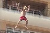 西班牙一游客体验酒店阳台跳水被警察带走