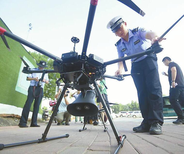 济南交警用上无人机 抓拍开车玩手机