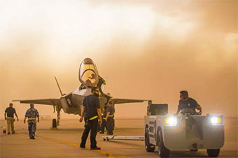 """美F35培训中心遭沙尘暴袭击 F35被沙尘""""吞没"""""""