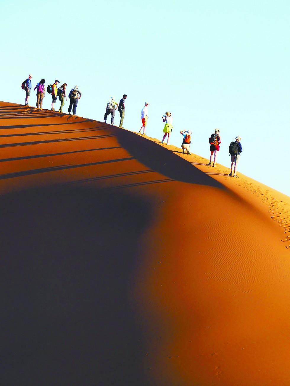 在纳米比亚攀登世界最高沙丘